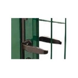 Cerradura modelo embutida, con maneta y bombin a ambos lados, instalada en puerta peatonal.