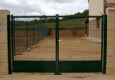 Puertas con zócalo de chapa